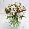 Букет из белых орхидей и гиперикума фото