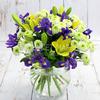 Букет из ирисов, желтых лилий и хризантем фото