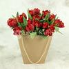 25 красных махровых тюльпанов в крафт-пакете фото