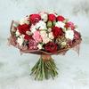 Букет из роз, гвоздики и хлопка в упаковке фото
