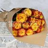Букет из 15 желто-оранжевых роз 60 см. в крафте фото