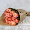 Букет из 15 кремово-коралловых роз 60 см. в крафте фото