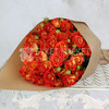 Букет из 15 желто-оранжевых кустовых роз в крафте фото