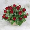 25 красных роз 40 см. с листьями фисташки в корзине фото