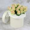 25 зелено-розовых роз в шляпной коробке фото
