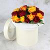 25 желтых и красных роз в шляпной коробке фото