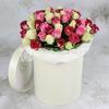 51 белая и розовая роза в шляпной коробке фото