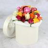 25 разноцветных роз в шляпной коробке фото