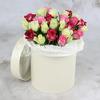 25 белых и розовых роз в шляпной коробке фото