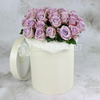 25 сиреневых роз в шляпной коробке фото