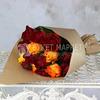 Букет из 15 красных и оранжевых роз 40 см. в крафте фото
