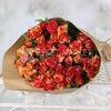 Букет из 15 красно-желтых кустовых роз в крафте фото