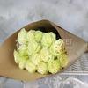 Букет из 15 белых роз 60 см. в крафте фото
