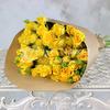 Букет из 15 желтых кустовых роз в крафте фото
