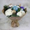 Праздничный букет из хризантем и ирисов в крафте фото