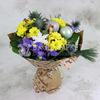 Праздничный букет из ирисов и кустовых хризантем в крафте фото