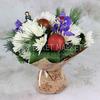 Праздничный букет из ирисов и хризантем в крафте фото