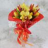 Букет из желтых орхидей и тюльпанов в упаковке фото