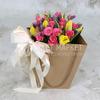 Букет из кустовой розы и тюльпанов в крафт-пакете фото
