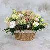 Композиция из роз и лизиантуса в корзине фото