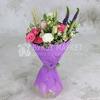 Букет из кустовой розы с ромашками в упаковке фото