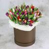 101 разноцветный тюльпан в шляпной коробке фото