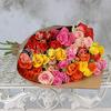Букет из 15 разноцветных кустовых роз в крафте фото