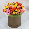 25 разноцветных кустовых роз в шляпной коробке фото
