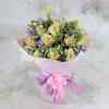 Букет из роз и статицы в упаковке фото