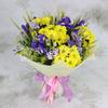 Букет из ирисов и кустовой хризантемы в упаковке фото