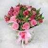 Букет из розовых роз и альстромерий в упаковке фото