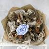 Букет из стабилизированной розы и корицы в упаковке из крафта фото