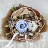 Букет из стабилизированной розы и хлопка в упаковке из крафта фото