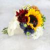 Букет из хризантем и подсолнуха в конусе фото