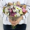 Букет из роз и гвоздик с хлопком в крафте фото