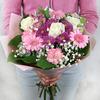 Букет из гербер, роз и гвоздик в упаковке фото
