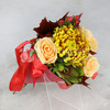 Букет из роз, гиперикума и хризантемы в конусе фото