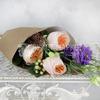 Букет из пионовидных роз, гиперикума и лизиантуса в крафте фото