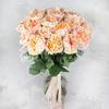 Букет из 25 кремовых пионовидных роз Александра в крафте фото