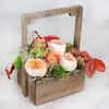 Композиция из пионовидных роз и капса в деревянном ящике фото