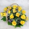 Композиция из желтых роз, гипсофилы, листьев эвкалипта в корзине фото
