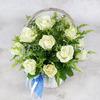 Композиция из 15 белых роз с солидаго в корзине фото