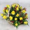 Композиция из 25 желтых роз и гиперикума в корзине фото