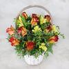 Композиция из 15 желто-красных роз, фрезии и фисташки в корзине фото