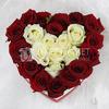 25 красных и белых роз в сердце фото