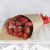15 красных махровых тюльпанов в крафте фото