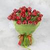 Букет из 25 красных махровых тюльпанов в фетре фото