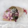 Букет из орхидеи, листьев питтоспорума и брунии фото