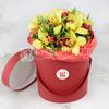 Композиция из орхидеи и гиперикума в шляпной коробке фото