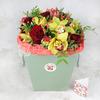 Композиция из орхидеи и роз в коробке фото